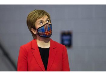 Ma le mascherine al chiuso restano. Inghilterra facilita viaggi