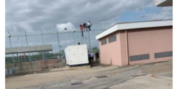 Il fuggiasco è stato bloccato mentre scavalcava il cancello