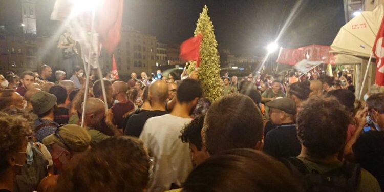 Corteo nelle strade di Firenze aperto dalle bandiere dell'Anpi