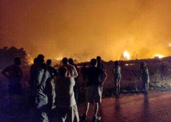 Al lavoro un centinaio di vigili del fuoco