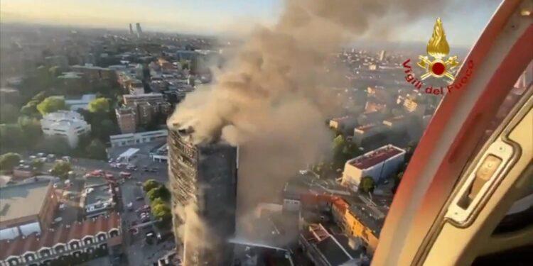 Le fiamme che sembra siano partite dalla facciata