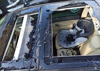 Auto con vetri rotti e capannoni 'bucati'