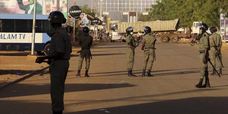 Uomini armati in moto aprono il fuoco. 13 bambini tra vittime