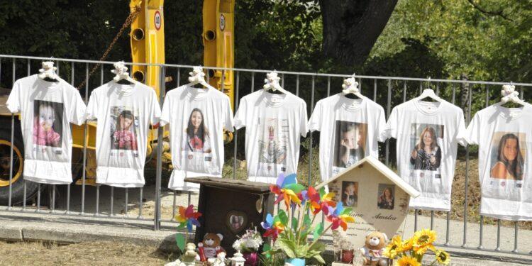 Rintocchi campana e nomi vittime