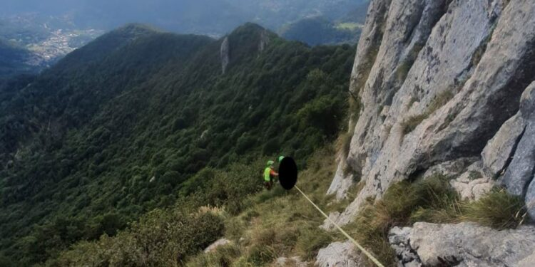 canzo soccorso alpino impegnato in un recupero in montagna