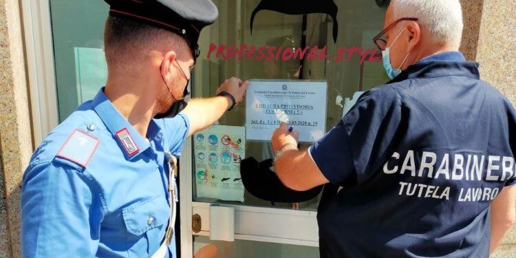 I carabinieri controllano un parrucchiere di Cabiate