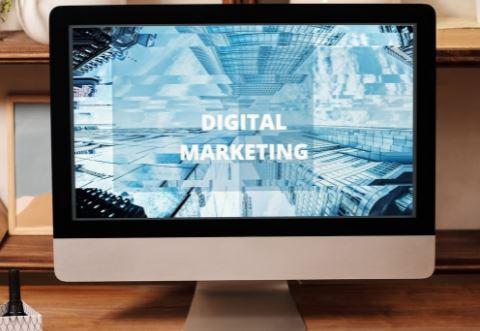 schermo pc con scritta digital marketing