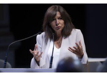 La sindaca socialista di Parigi: 'Per futuro dei nostri figli'