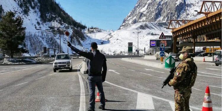 Fermato al traforo del Monte Bianco con due famiglie su auto