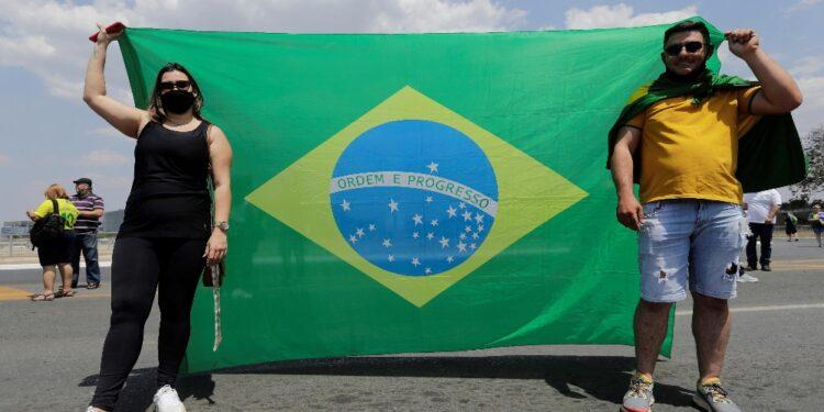 Manifestanti pro-Bolsonaro cercano di sfondare blocchi polizia