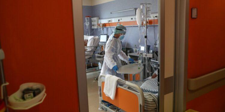 Calano sia i casi attivi che i ricoveri nei reparti ospedalieri