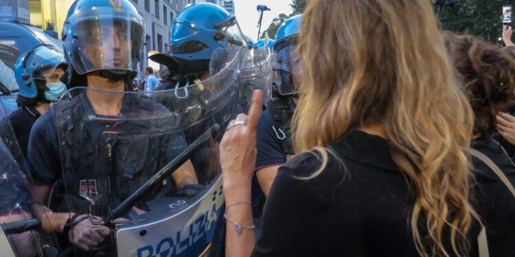 Tensione con forze ordine. Anche accuse resistenza e istigazione
