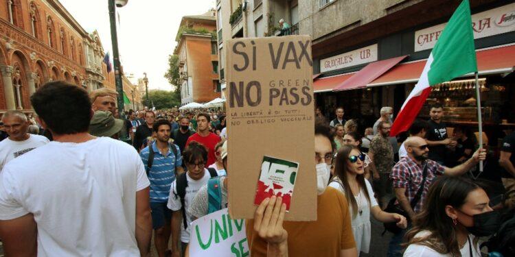 Insulti a Draghi e slogan contro obbligo certificazione verde