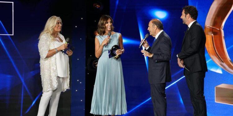 Emozione sul palco a Napoli. Da Franco a Vespa tutti i premiati
