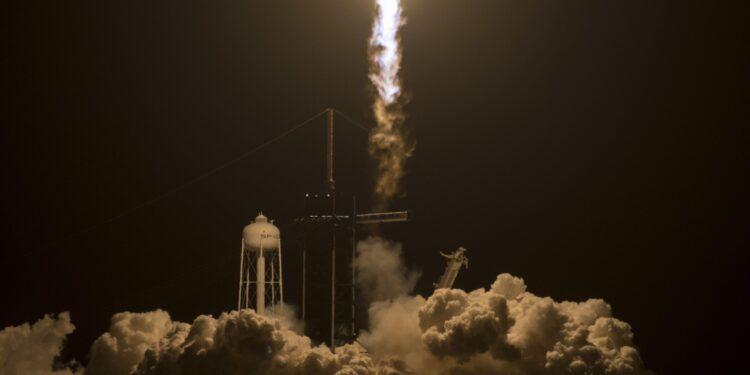 Il lancio nella notte dal Kennedy space center in Florida