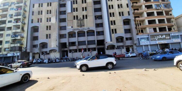 Studente egiziano in manette nella gabbia degli imputati
