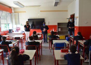la polizia distribuisce il diario in classe