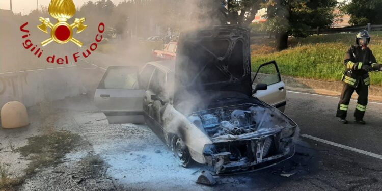 auto in fiamme via del Lavoro