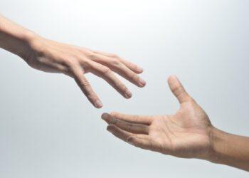 due mani che si avvicinano