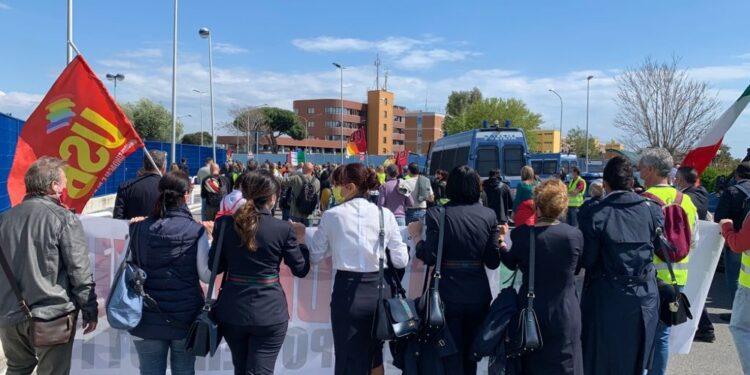 Flash mob davanti la sede di Ita