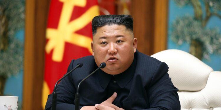 Leader ad expo militare indossa inedito paio di sandali in cuoio
