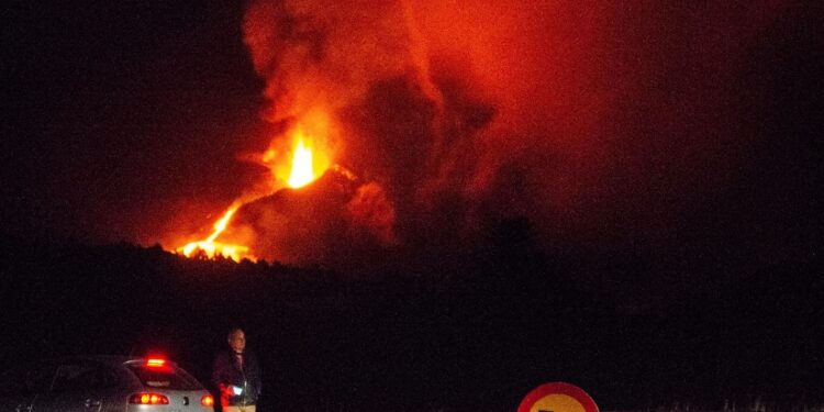 In tarda serata evacuati alcuni abitanti della zona del vulcano