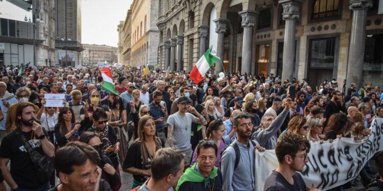 Corteo bloccato da forze dell'ordine in viale Monza