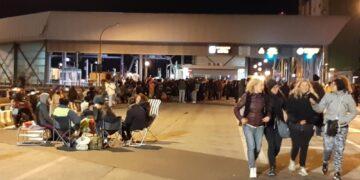 Folla con pochi portuali per musica alcol e spinelli