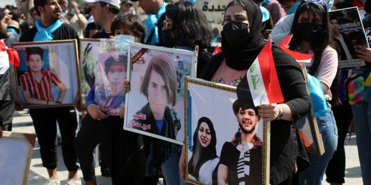 Un migliaio di persone sfilano nella capitale contro il governo