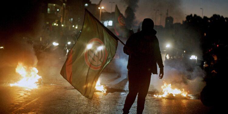 Militanti Amal sparano durante la manifestazione