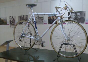 mostra museo del ghisallo bicicletta e alcuni scatti di vincenzo torriani