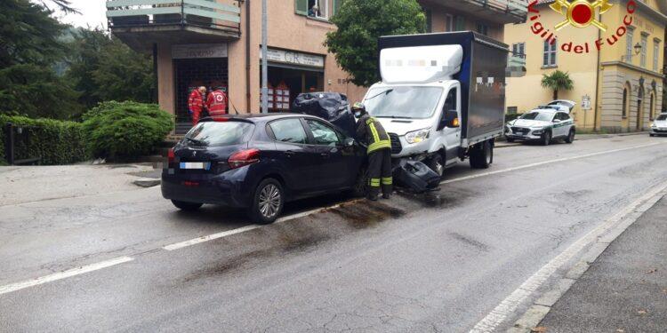 l'auto ed il camion che si sono scontrati frontalmente